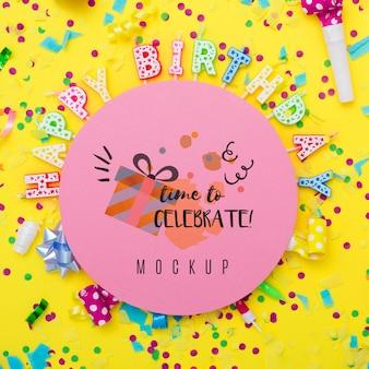 Posição plana de velas de feliz aniversário para a celebração do aniversário