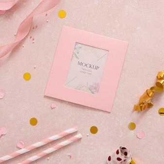 Posição plana do cartão de aniversário elegante com canudos e fita