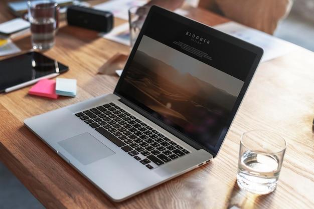 Postagem de blog em uma maquete de tela de laptop