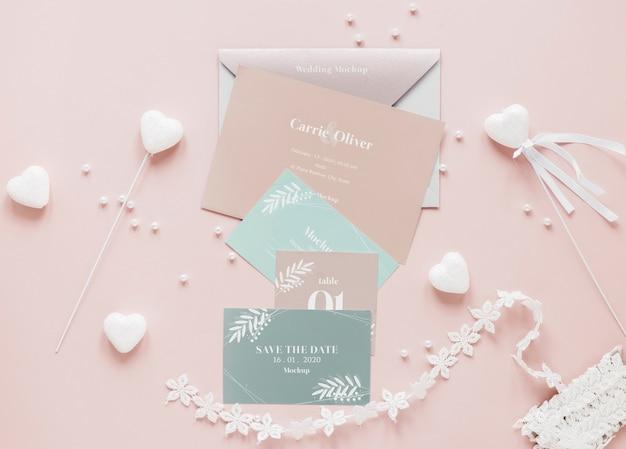 Postura de gordura de cartões de casamento com decorações de coração