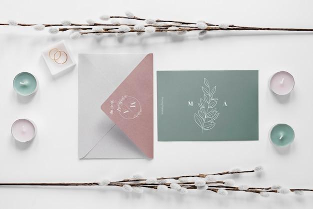 Postura de gordura do cartão de casamento com velas e anéis