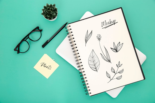 Postura plana da superfície da mesa com caderno e caneta