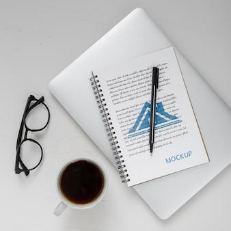 Postura plana da superfície da mesa com laptop e café