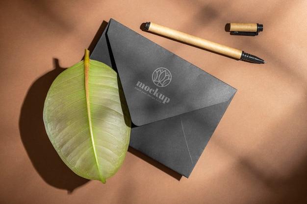 Postura plana de artigos de papelaria com lápis e folhas