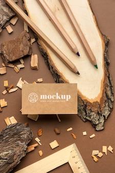 Postura plana de artigos de papelaria com madeira e lápis