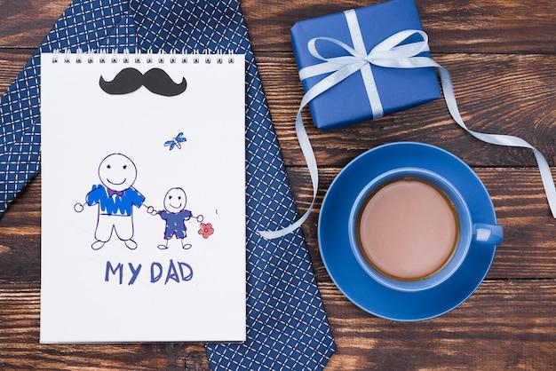Postura plana de bloco de notas com gravata e café para o dia dos pais