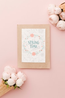 Postura plana de cartão com rosas em casquinhas de sorvete