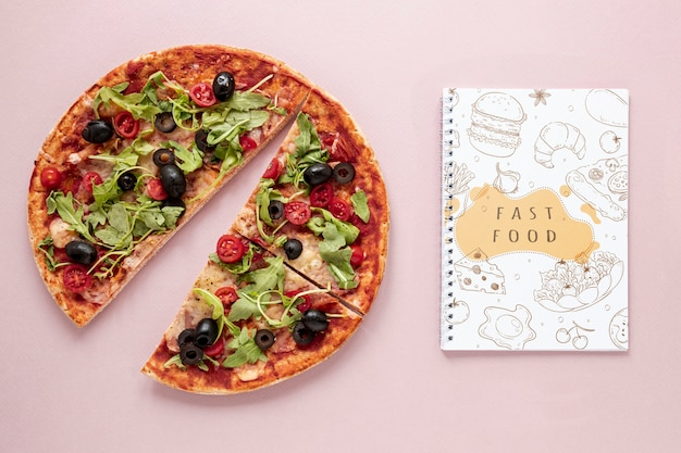 Postura plana de deliciosa pizza no modelo de plano de fundo liso