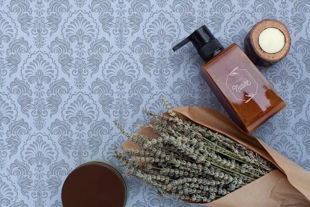 Postura plana de frasco de óleo essencial e lavanda