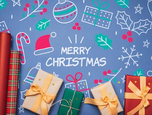 Postura plana de maquete de presentes de natal colorido
