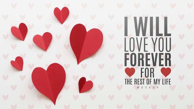 Postura plana de mensagem de amor com corações de papel