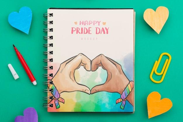 Postura plana de notebook com corações e lápis para o orgulho lgbt