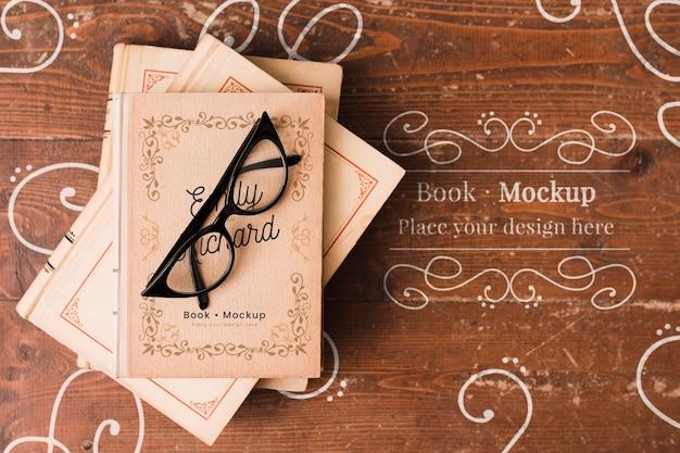 Postura plana de óculos na maquete de livros