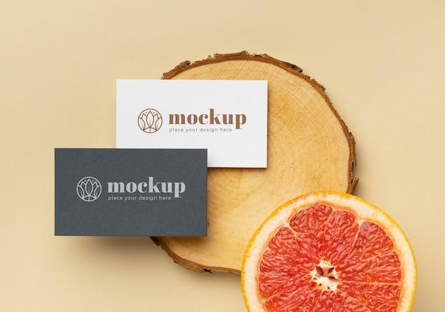 Postura plana de papelaria de papel com madeira e frutas cítricas