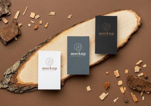 Postura plana de papelaria de papel com madeira