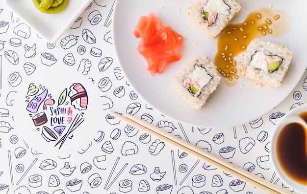 Postura plana de um prato de sushi e molho de soja
