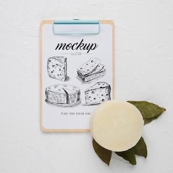 Postura plana do bloco de notas com queijo