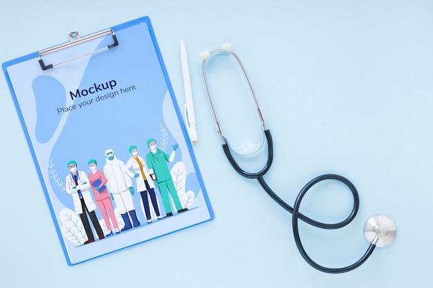 Prancheta de vista superior com enfermeiros e médicos