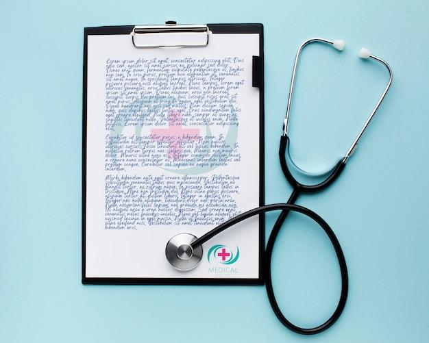 Prancheta médica com estetoscópio