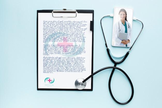 Prancheta médica e maquete de smartphone