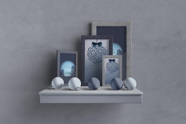 Prateleira com coleção de quadros e globos