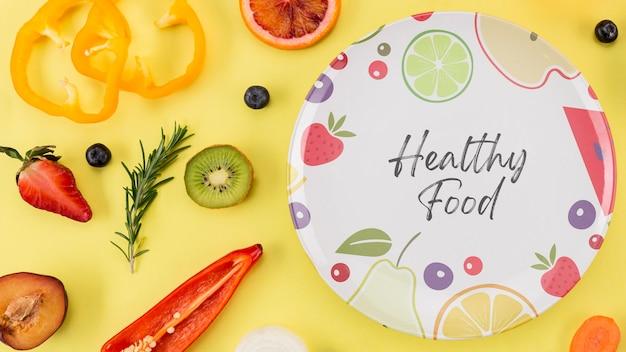 Prato de vista superior com frutas e vegetais