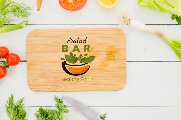 Pratos de saladas com legumes frescos