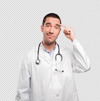 Preocupado jovem médico fazendo um gesto de confusão