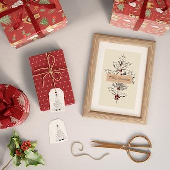 Presentes com etiquetas e pintura com tema de natal