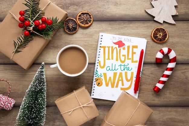Presentes de natal e café na mesa