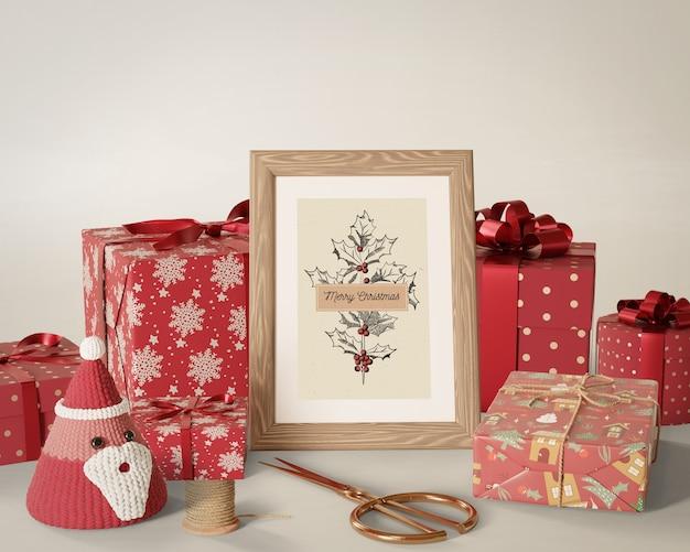 Presentes embrulhados colocados ao lado de pintura