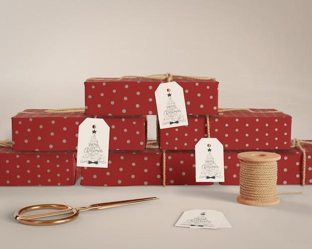 Presentes embrulhados em casa com etiquetas