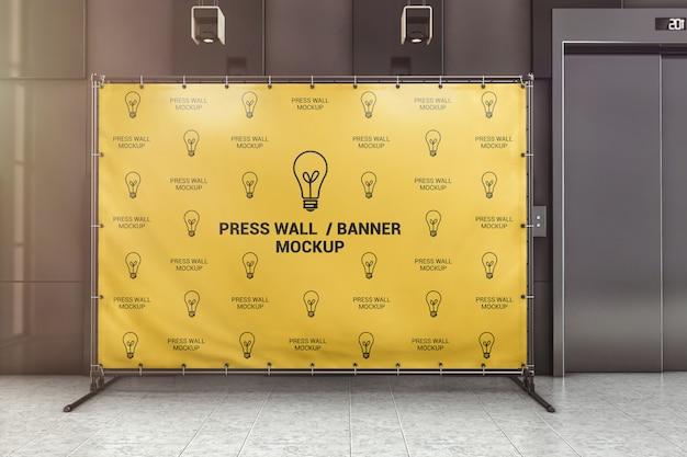 Pressione o banner de parede na maquete do lobby do escritório