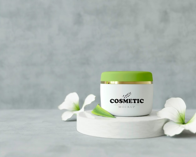 Produto cosmético em estande com flores