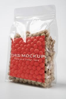 Produto de amendoim em maquete de embalagem de plástico em branco