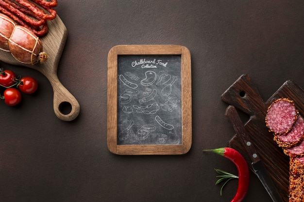 Produtos à base de carne com maquete do quadro-negro