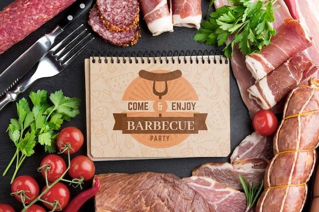 Produtos à base de carne com maquete para notebook