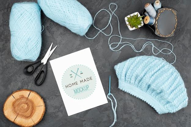 Produtos de tricô azul de vista superior