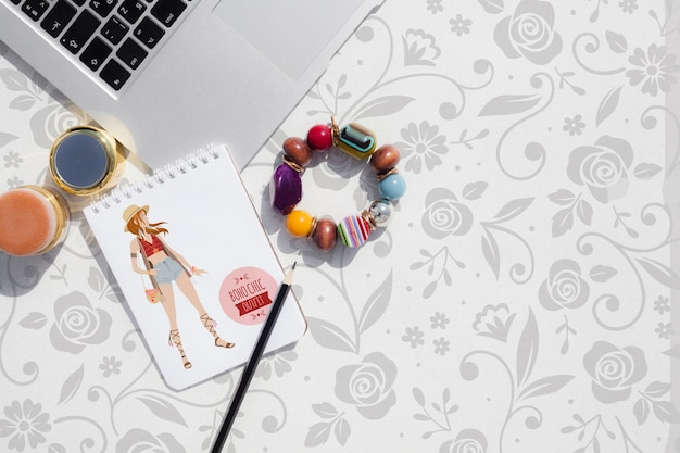 Produtos femininos de mock-up no espaço de trabalho