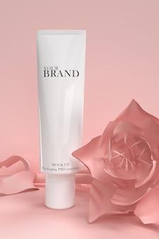 Produtos premium cosméticos hidratantes para cuidados com a pele na superfície das flores