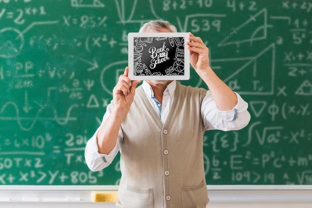 Professor, segurando, costas, para, escola, frame