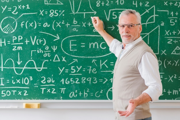 Professor sênior, com, óculos, escrita, bordo