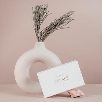 Projeto de maquete de caixa branca com decorações mínimas