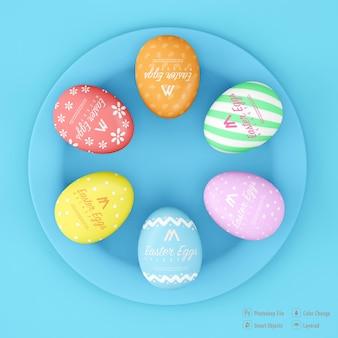 Projeto de maquete de ovos de páscoa isolado em fundo de cor azul