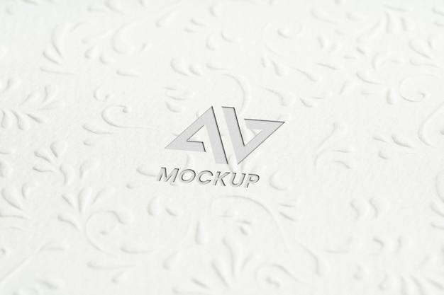 Projeto do logotipo da maquete em letras maiúsculas em papel branco minimalista