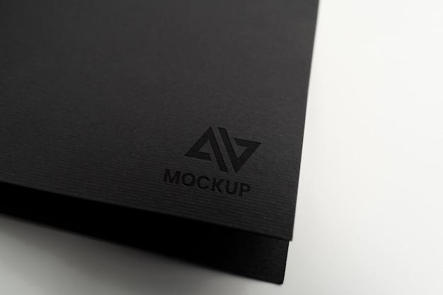 Projeto do logotipo da maquete em letras maiúsculas em papel preto minimalista