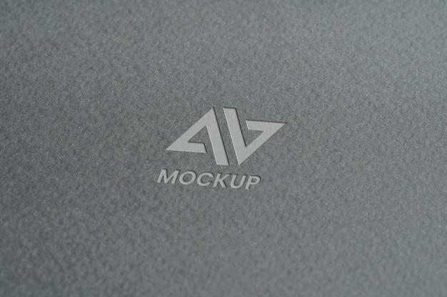 Projeto do logotipo do modelo em letra maiúscula em papel cinza minimalista