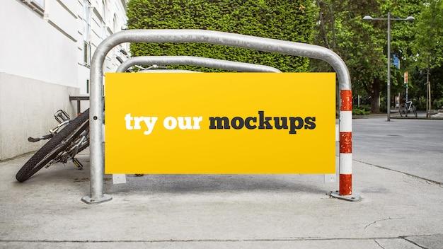 Publicidade em uma maquete de estacionamento de bicicletas