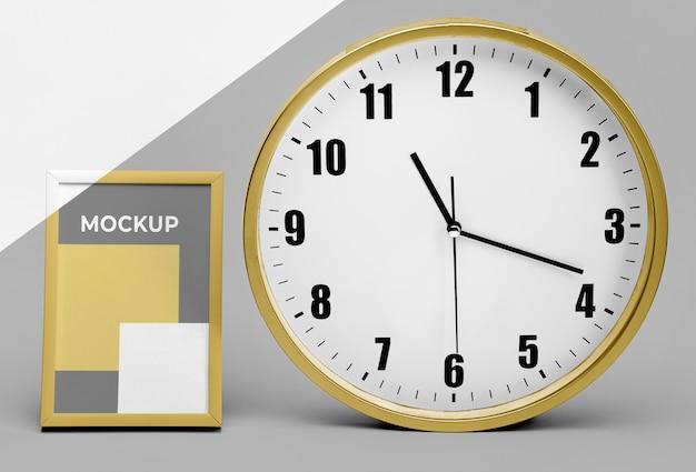 Quadro de maquete ao lado do relógio