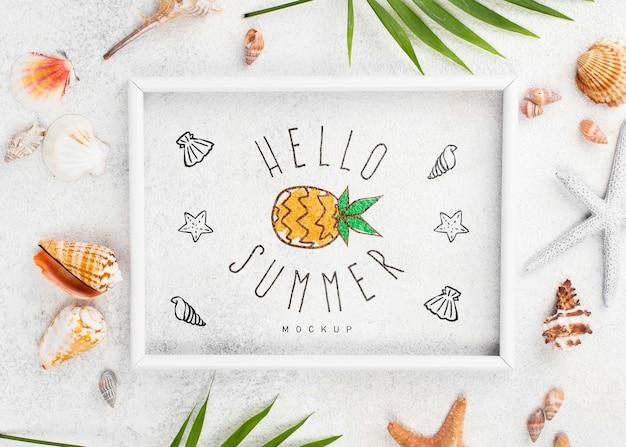 Quadro de mock-up com citação de verão na mesa